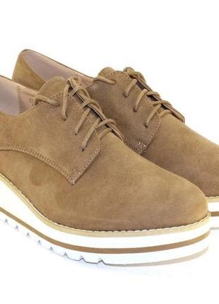 Удобные замшевые бежевые туфли на шнурках на танкетке