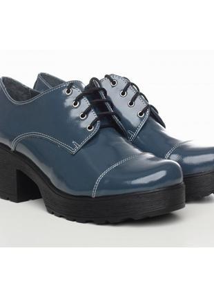 Кожаные лаковые синие туфли на шнурках на тракторной подошве н...
