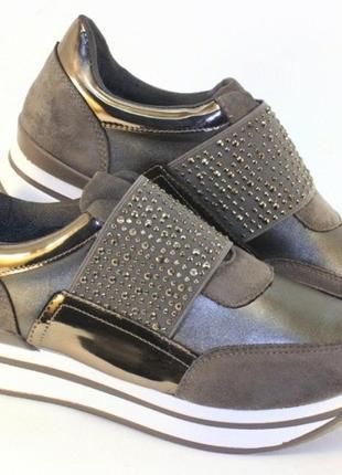 Стильные серые серебристые кроссовки со стразами на резинке