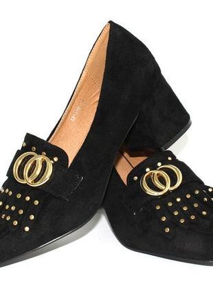 Замшевые черные туфли с декором на среднем каблуке