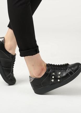 Стильные черные кожаные кеды со звездами и жемчугом натуральна...