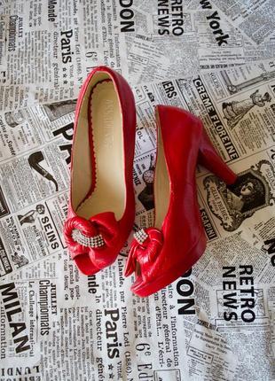Стильные лаковые красные туфли с бантом со стразами на каблуке...