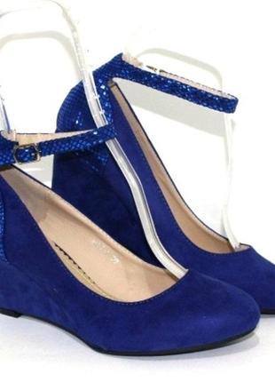 Стильные синие замшевые туфли на танкетке с пряжкой
