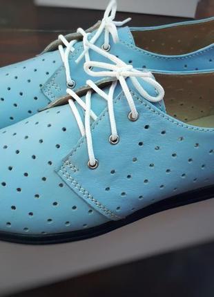 Кожаные голубые туфли мокасины на шнурках с перфорацией натура...
