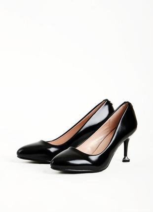 Изящные черные туфли лодочки на каблуке шпильке