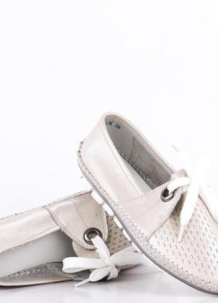 Кожаные комфортные белые перламутровые мокасины с перфорацией ...