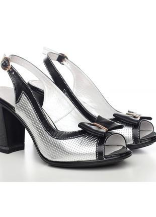 Кожаные стильные босоножки на каблуке серебристые с черным бан...
