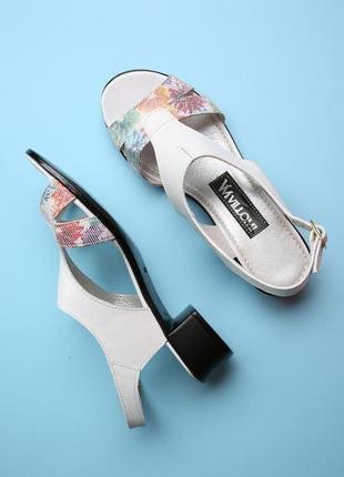 Кожаные белые босоножки с цветочным принтом низкий каблук нату...