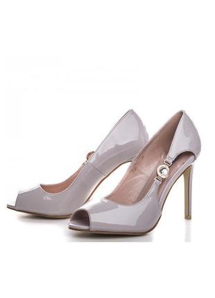 Шикарные летние открытые лаковые туфли босоножки на каблуке серые