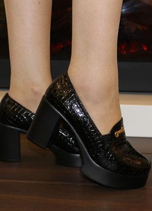 Черные лаковые туфли рептилия на толстом каблуке платформе