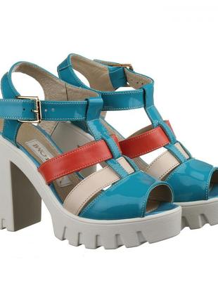 Кожаные голубые разноцветные босоножки на каблуке тракторная п...