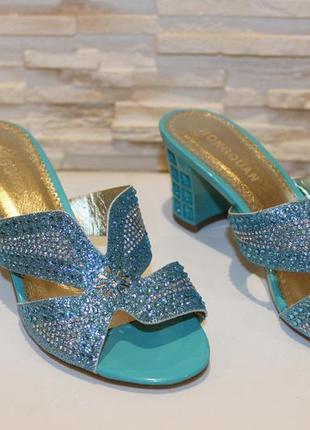 Стильные шлепанцы на каблуке со стразами голубые