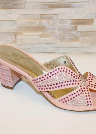 Стильные шлепанцы на каблуке со стразами розовые
