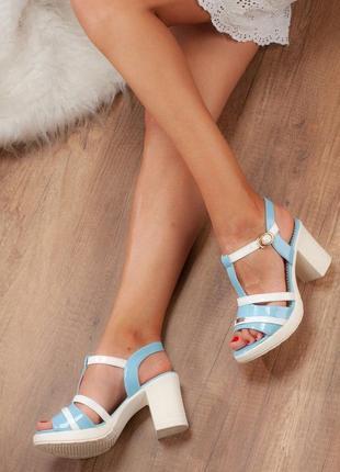 Голубые босоножки на устойчивом каблуке