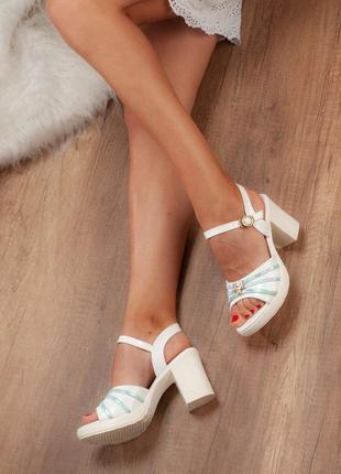 Белые босоножки с цветными вставками на устойчивом каблуке