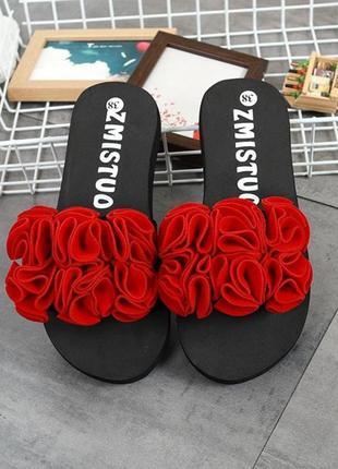 Шлепанцы черные с красными цветами на небольшой танкетке