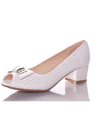 Летние белые туфли с открытым носом с перфорацией на небольшом...