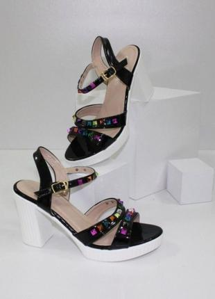 Стильные черные босоножки на каблуке с разноцветными камнями
