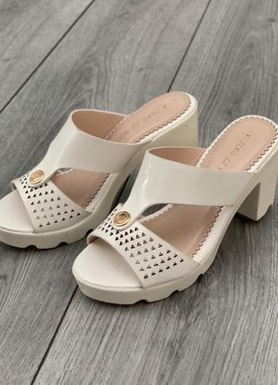 Стильные белые бежевые шлепанцы на устойчивом каблуке