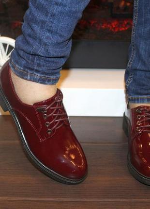 Лаковые туфли на шнурках низкий каблук бордовые, синие