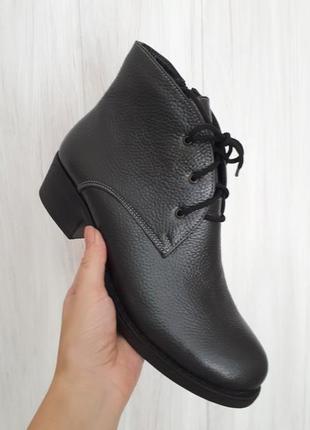 Кожаные демисезонные серые ботинки на шнуровке низкий каблук н...
