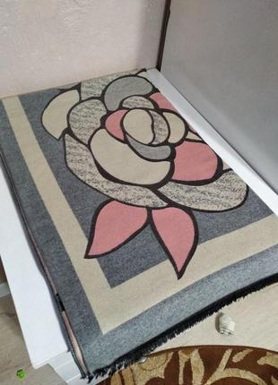 Красивый шарф палантин с цветочным принтом