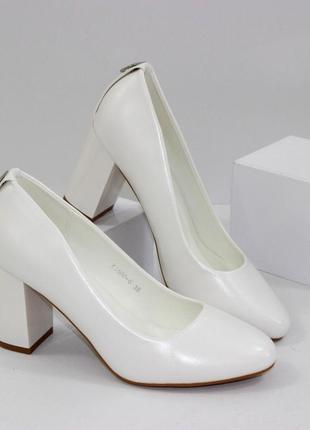 Красивые белые свадебные туфли на устойчивом каблуке