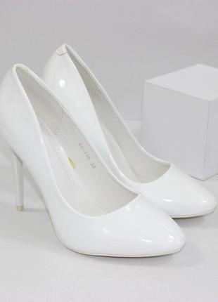 Белые лаковые свадебные туфли лодочки на каблуке шпильке
