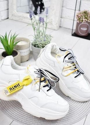 Стильные белые кроссовки с желтыми шнурками