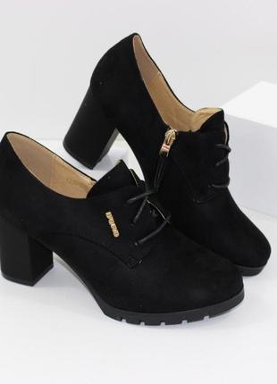 Стильные замшевые черные туфли на устойчивом каблуке на шнурках