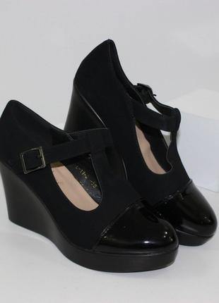 Замшевые черные туфли на танкетке с лаковым носком