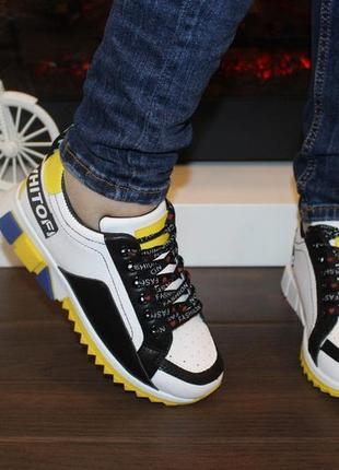 Стильные яркие кроссовки белые с черными, желтыми вставками
