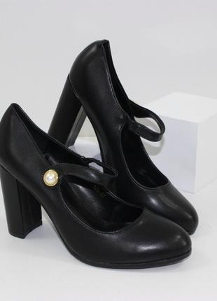 Черные туфли лодочки на высоком устойчивом каблуке с пряжкой