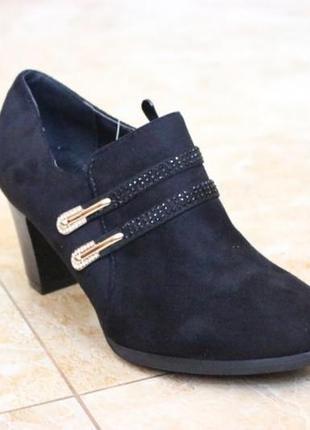 Замшевые черные закрытые туфли на устойчивом каблуке