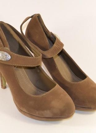 Уценка бежевые замшевые туфли с ремешком на каблуке