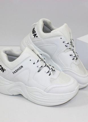 Стильные белые кроссовки на платформе
