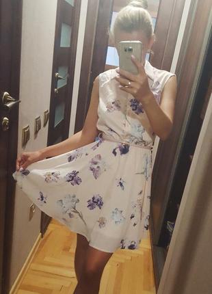 Пудровое платье в цветочный принт