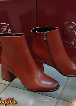 Осенние кожаные ботинки на каблуке в рыжем цвете