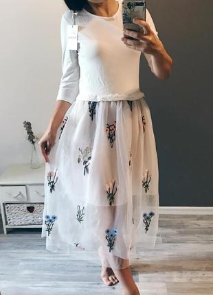 Комбинированное миди-платье с фатиновой юбочкой с вышивкой в ц...