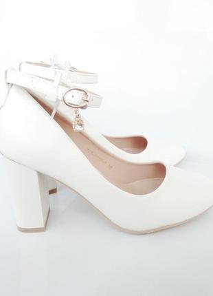 Белые туфли на каблуке с ремешком и пряжкой, свадебные туфли, ...