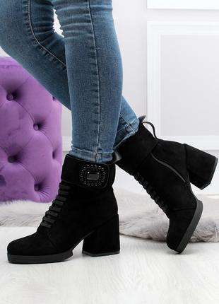 Женские ботинки черного цвета на каблуке, из эко замши 2432