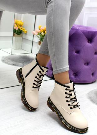 Модные низкие зимние ботинки в цвете беж
