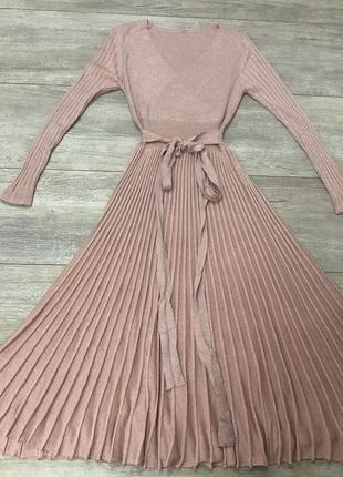 Стильное плиссированное платье с люрексовой нитью