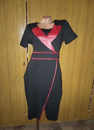 Трикотажное платье со вставками эко-кожи
