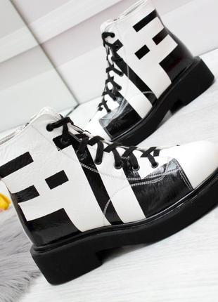 Модные лаковые зимние ботинки