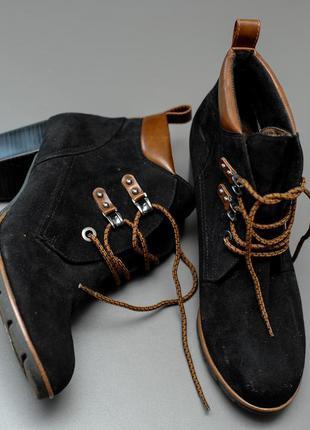 Ботинки женские замшевые чёрные на каблуке и на шнуровке