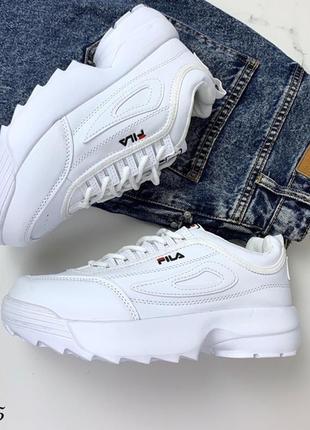 Крутые белые кроссовки на высокой подошве.