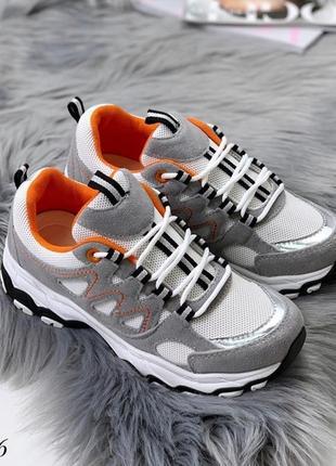 Крутые серые кроссовки с белыми вставками.
