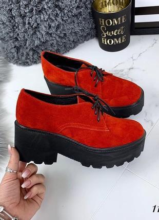 Красные замшевые туфли на низком каблуке и платформе, красные ...