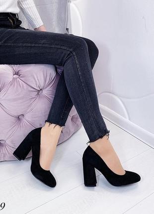 Чёрные замшевые туфли на устойчивом каблуке.